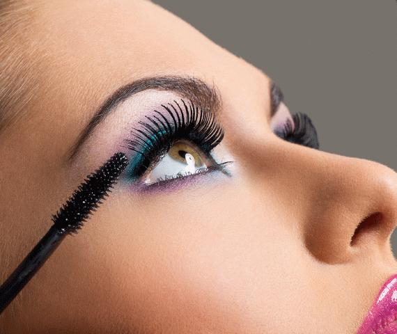 Olhos claros maquiados