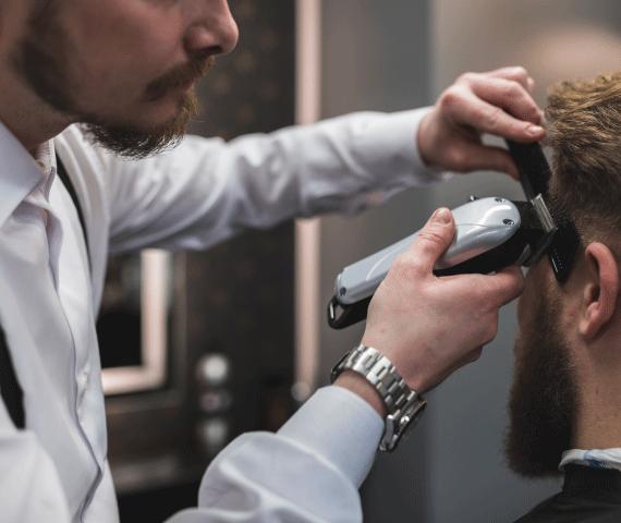 Homem cortando o cabelo