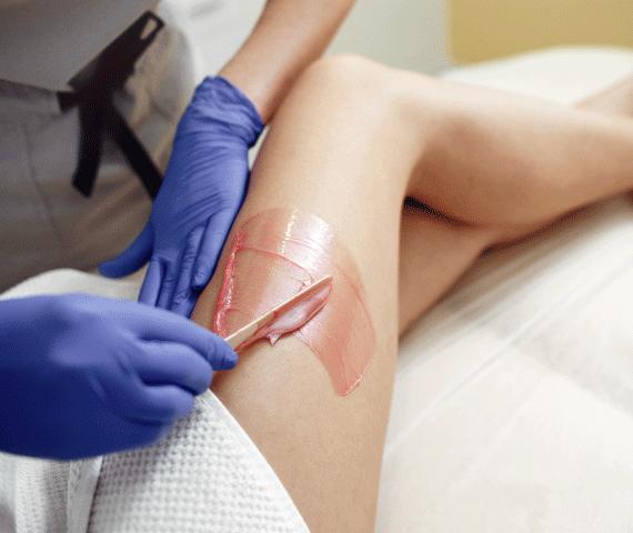 Mulher fazendo depilação na perna